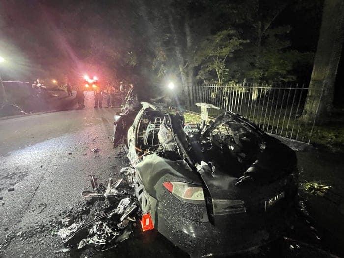 O Tesla Model S Plaid após o incêndio ter sido extinto. Imagem: Geragos e Geragos/Reprodução