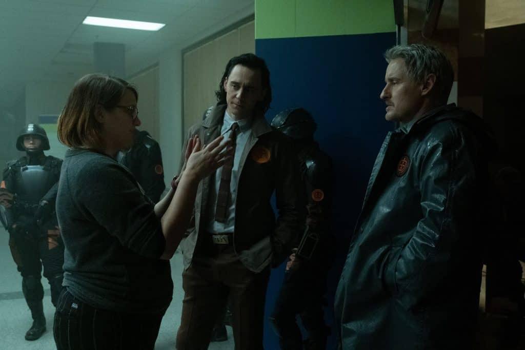 A diretora Kate Herron, TomHiddleston e Owen Wilson nos bastidores de 'Loki'. Imagem: Chuck Zlotnick/Marvel Studios