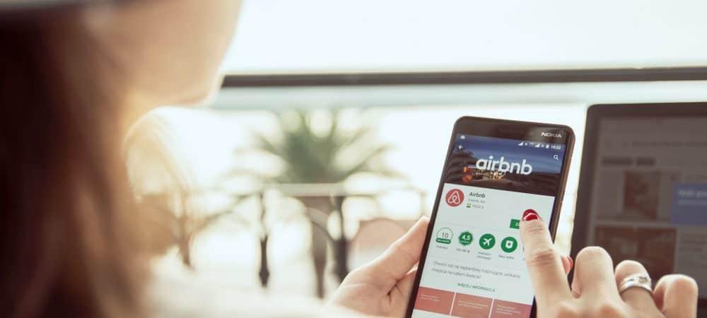 Mulher mexendo no aplicativo do Airbnb