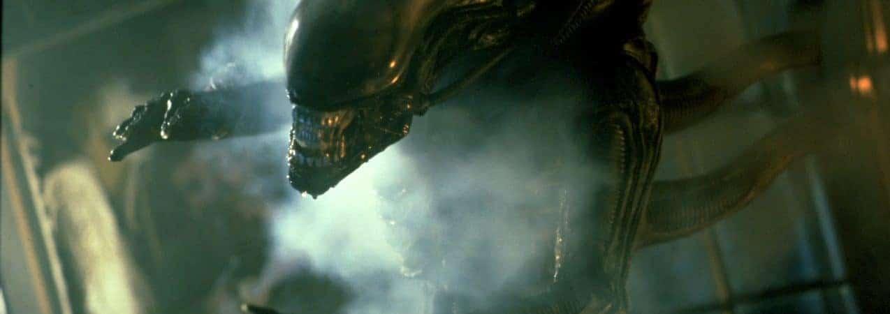 Cena de filme da franquia 'Alien' mostra o alienígena em posição de ataque.