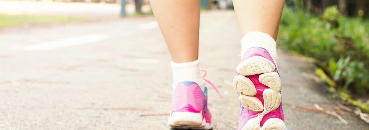 Pés Femininos Caminhando