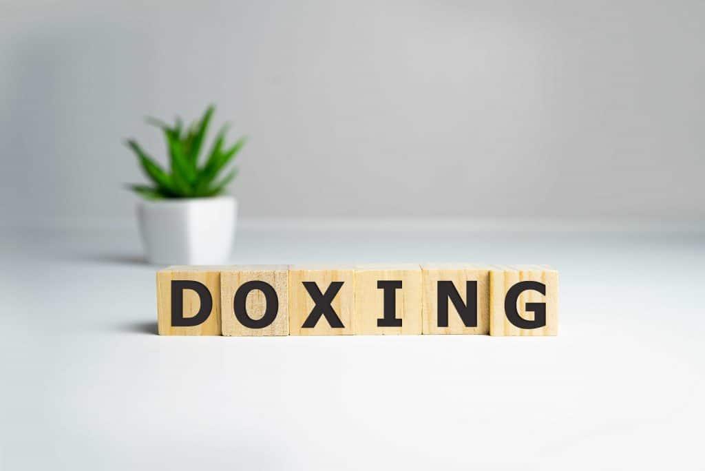 Ilustração da palavra doxing, também utilizada para casos de doxxing