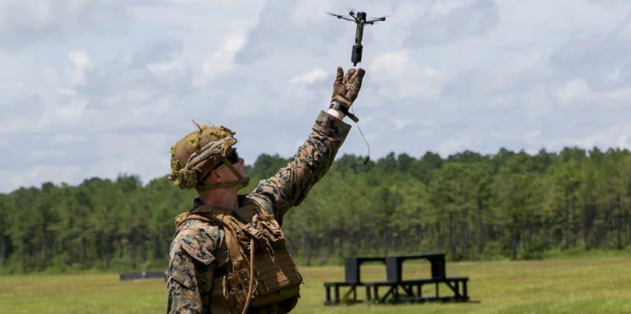 Soldado lanzando Drone 40
