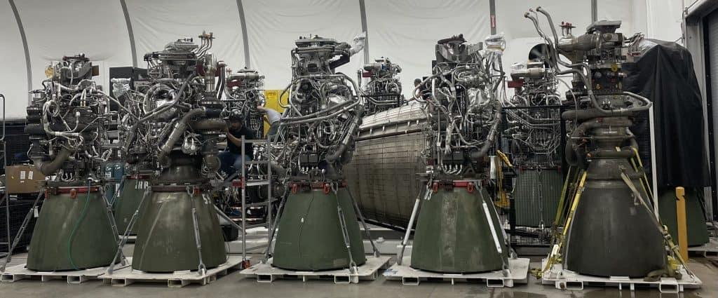 Imagem mostra cinco propulsores Raptor, usados nos foguetes da SpaceX.  CEO da empresa, Elon Musk anunciou uma nova fábrica de propulsores
