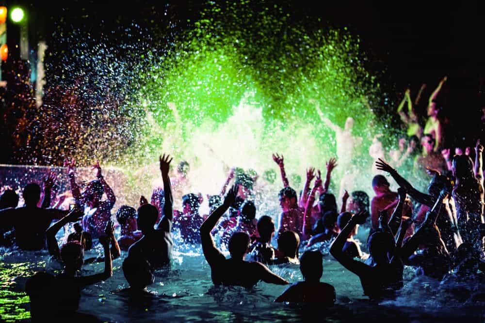 Diversas pessoas em uma festa na piscina
