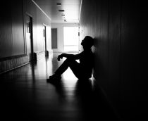 Las redes sociales influyen en la depresión posparto en los hombres