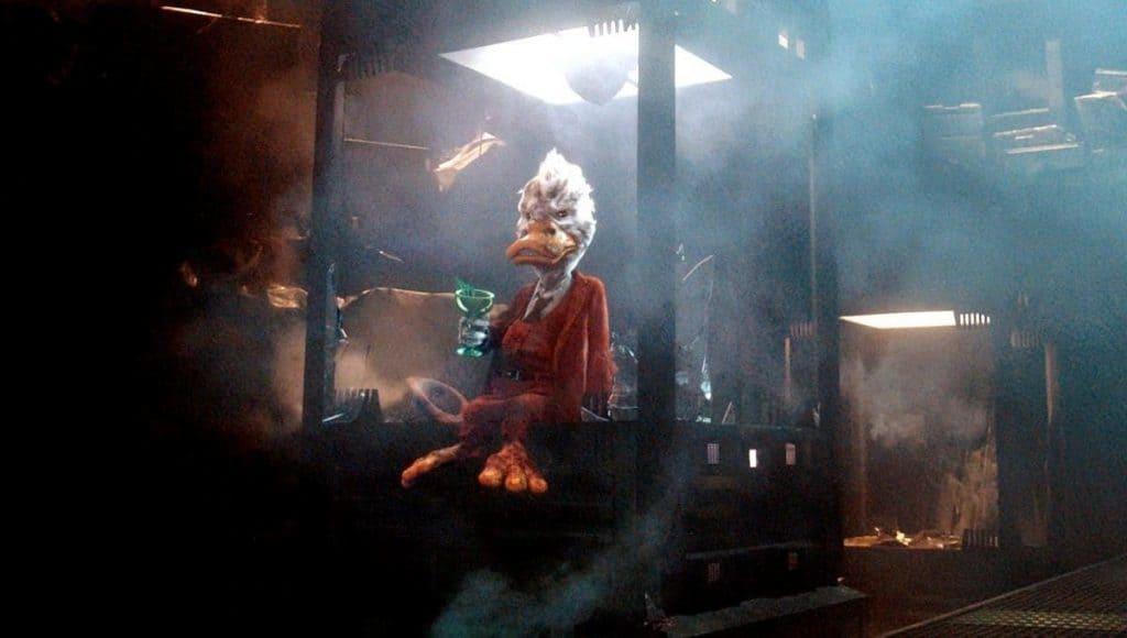 Howard aparece sentado em ambiente escuro em cena do filme.