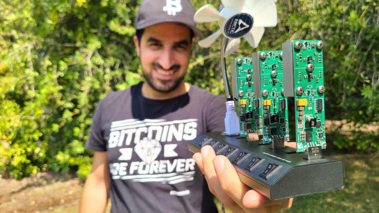 Idan Abada segurando sua pequena estação de mineração