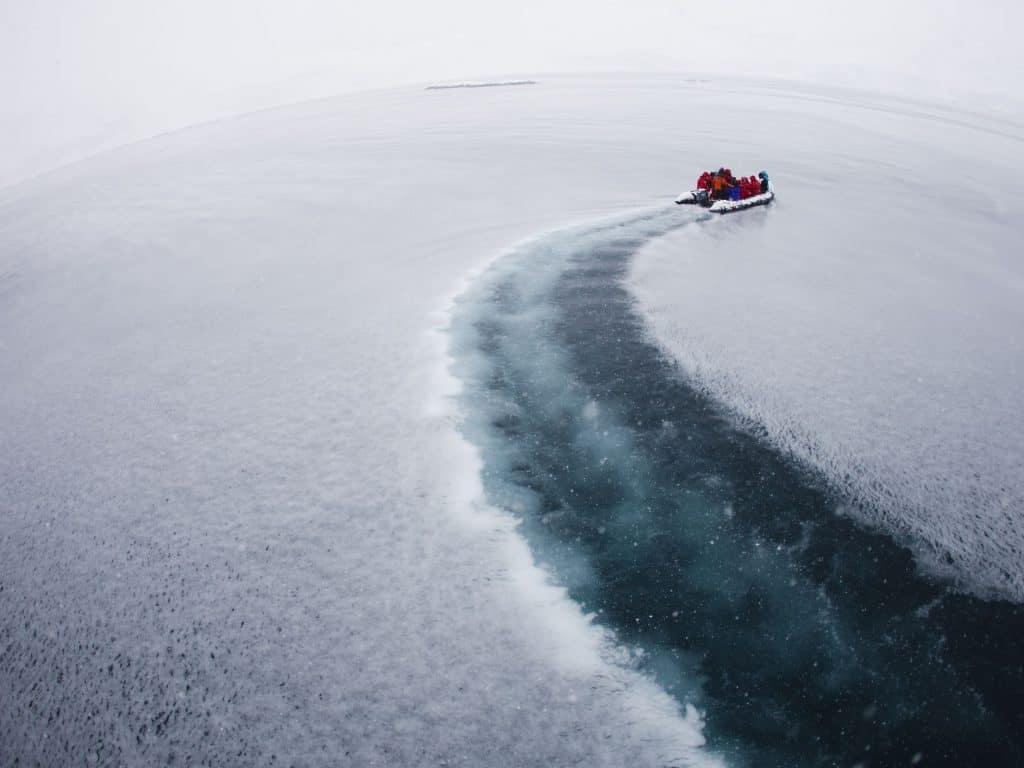 Veículo passeia por lago congelado