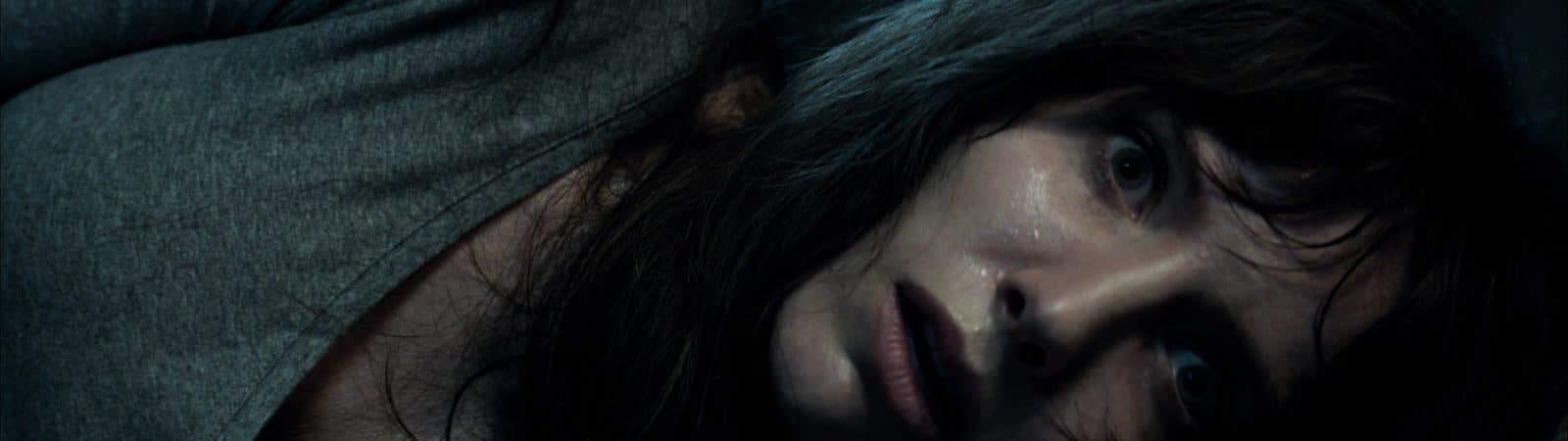 Imagem promocional de Maligno, novo filme de James Wan, mostra a atriz Annabelle Wallis com expressão assustada.