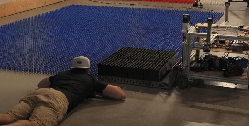 Robô montando um mural com dominós