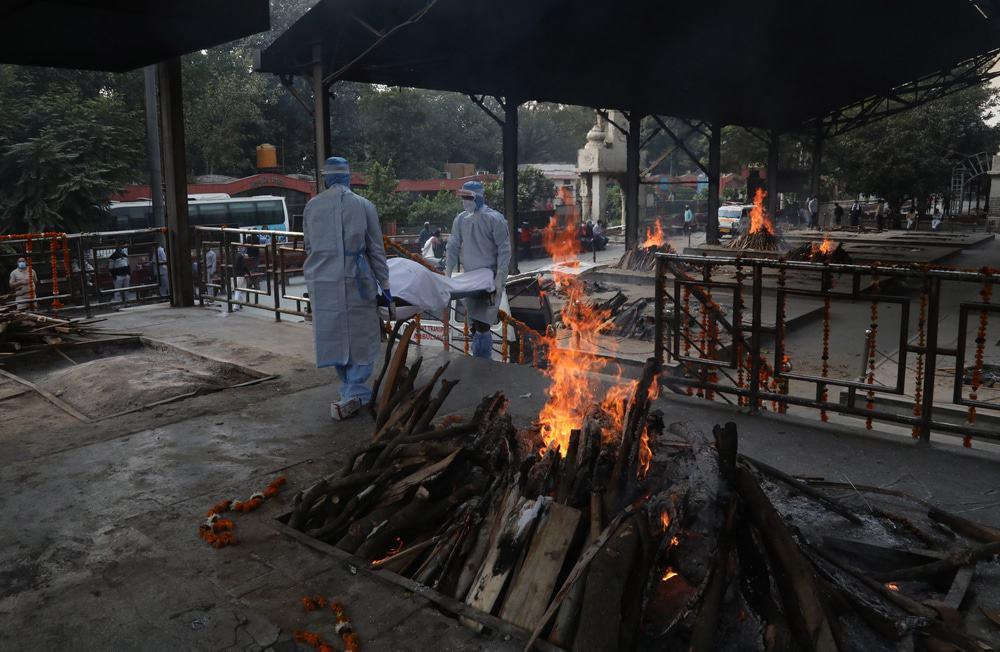 Cremação de vítimas da Covid-19 em Nova Delí, na Índia