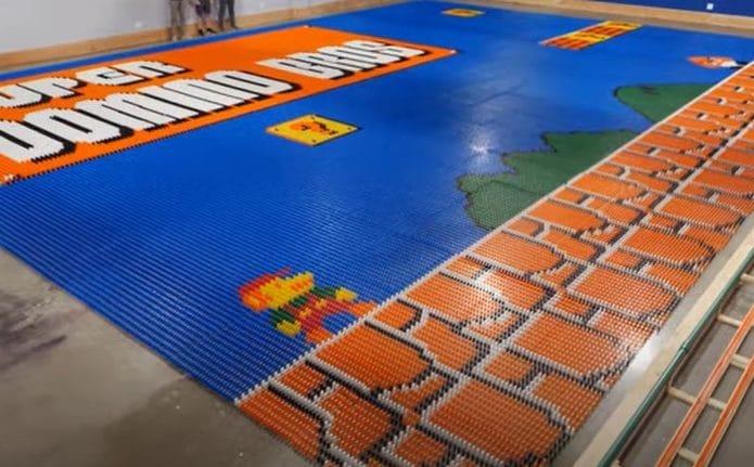Mural de dominós montado por robô