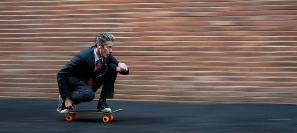 Executivo andando de skate