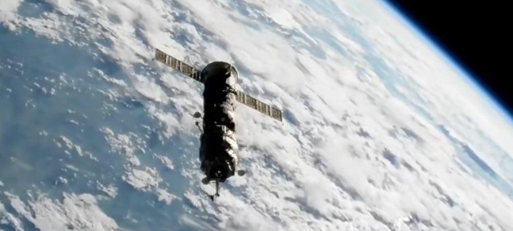 Espaçonave Progress MS-16 rebocando o módulo russo Pirs rumo à Terra