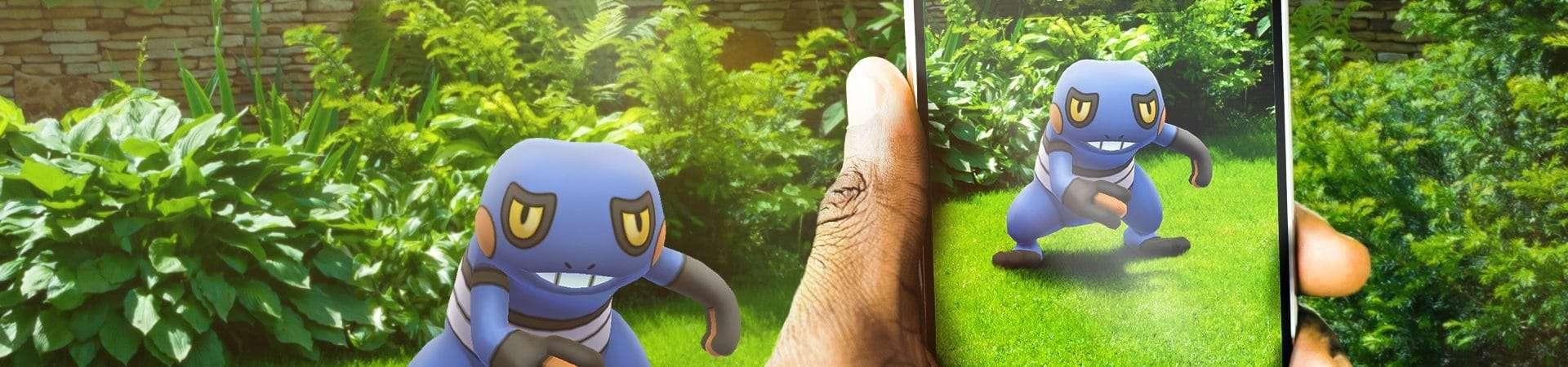Imagem promocional de Pokémon Go mostra smartphone exibindo imagem do pokémon Croagunk em realidade aumentada.