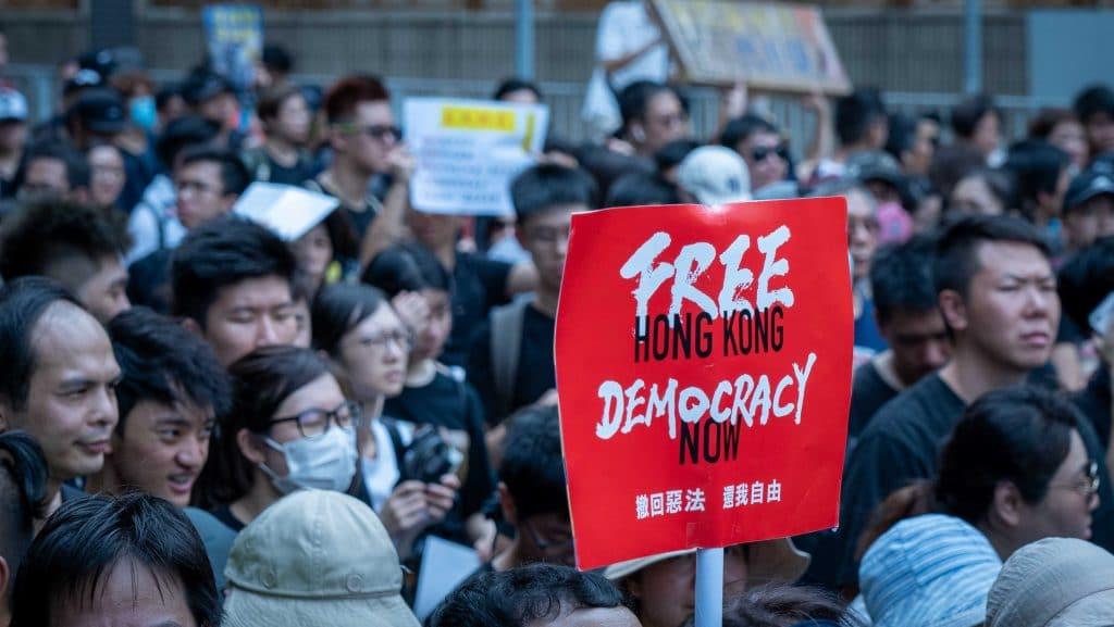 Ilustração de protestos em Hong Kong ocorridos em 2019