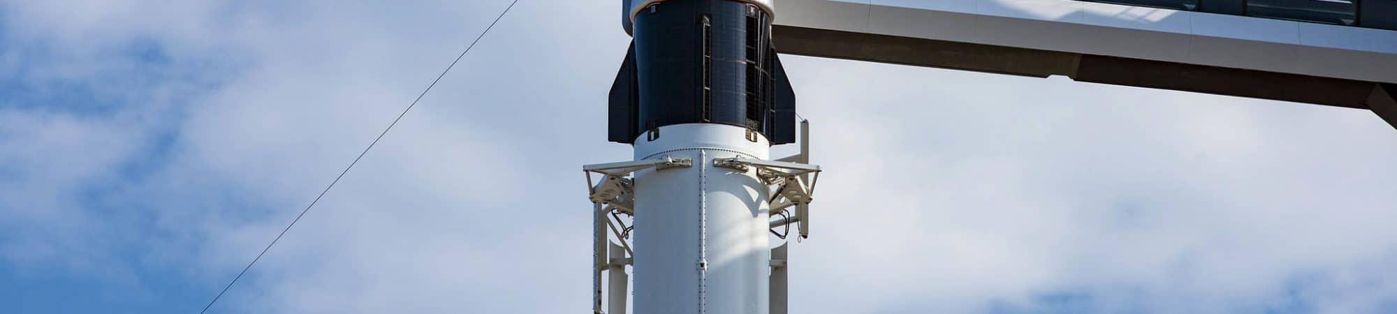 Imagem mostra a espaçonave Dragon, montada em um foguete da SpaceX, pronta para lançamento