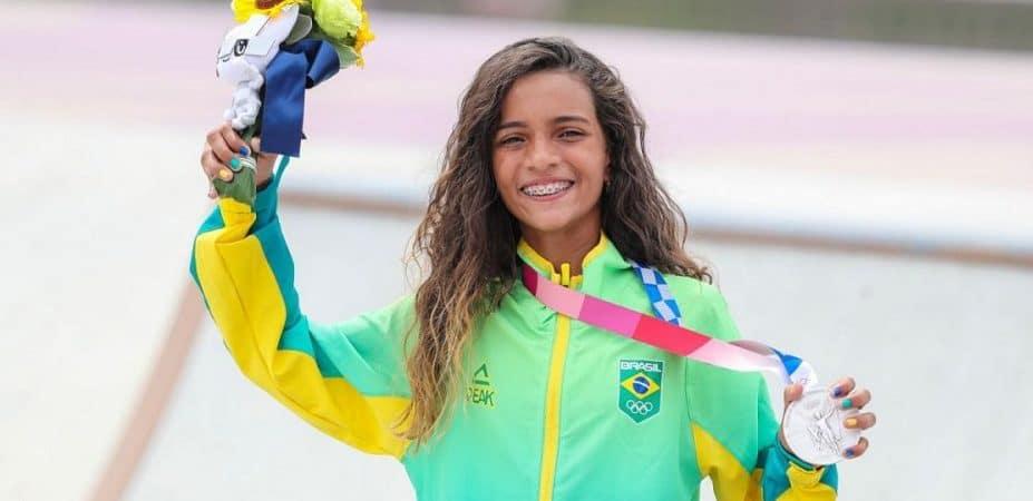 Rayssa Leal com a medalha de prata no skate street feminino nas Olimpíadas de Tóquio