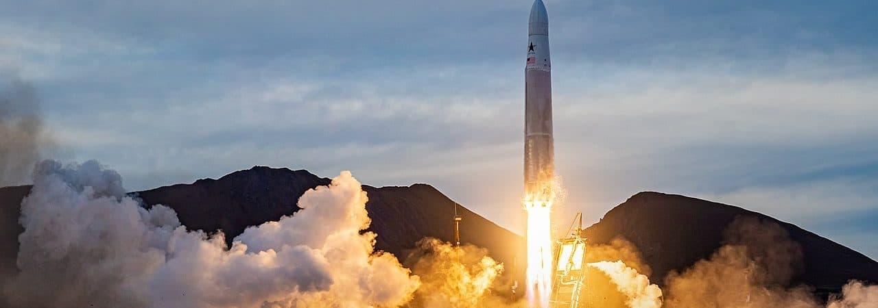 Imagem mostra o lançamento de um foguete Rocket 3.1 da Astra
