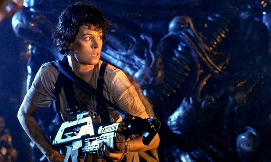 Ellen Ripley (Sigourney Weaver) empunha arma em cena de 'Aliens, o resgate'