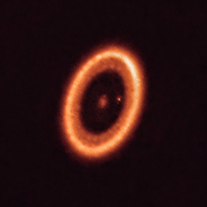 Esta imagem obtida com o ALMA mostra o sistema PDS 70 situado a quase 400 anos-luz de distância da Terra. Ele é composto por uma estrela, no seu centro, e por, pelo menos, dois planetas que a orbitam, PDS 70 b (que não é visível nesta imagem) e PDS 70c, rodeado pelo seu disco circumplanetário (o ponto à direita da estrela). Crédito: ALMA (ESO/NAOJ/NRAO)/Benisty et al.