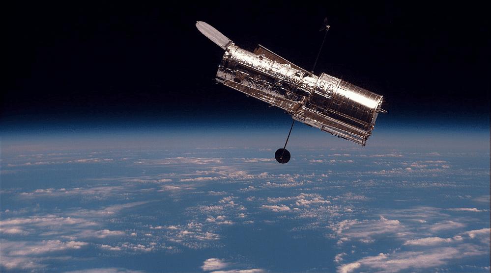Telescópio Espacial Hubble fotografado a partir da Discovery em 1997