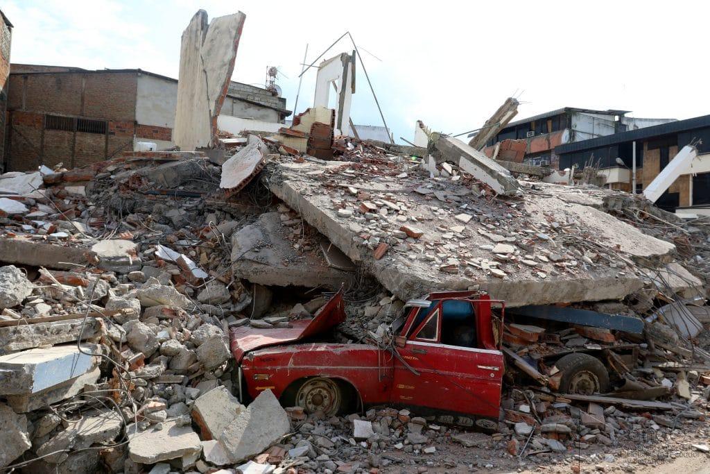 Escombros após terremoto