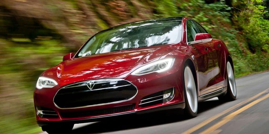 Veículo Tesla Model S 2013 na estrada no