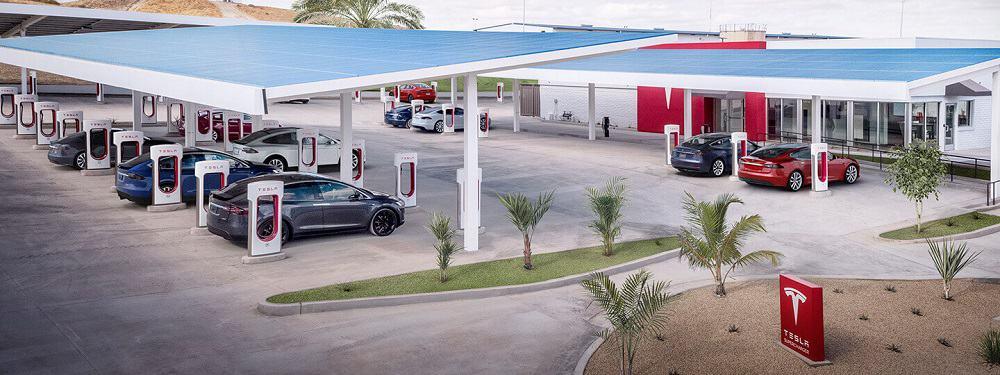 Carros da Tesla sendo carregados