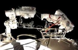 Astronautas instalam ferramentas em caminhada fora da estação espacial chinesa