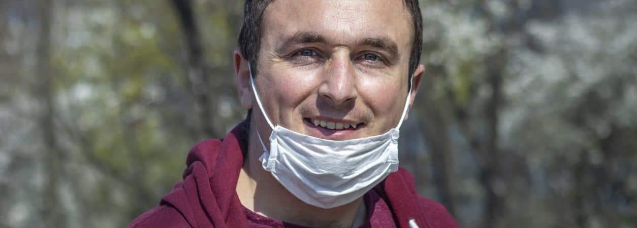 Homem usando uma máscara no queixo