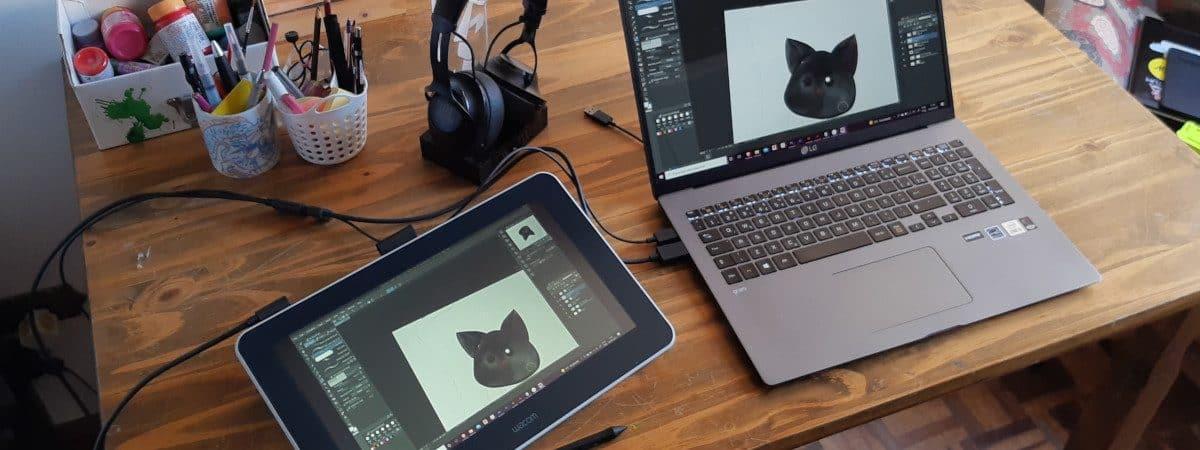 Monitor interativo Wacom One ao lado de um notebook LG Gram