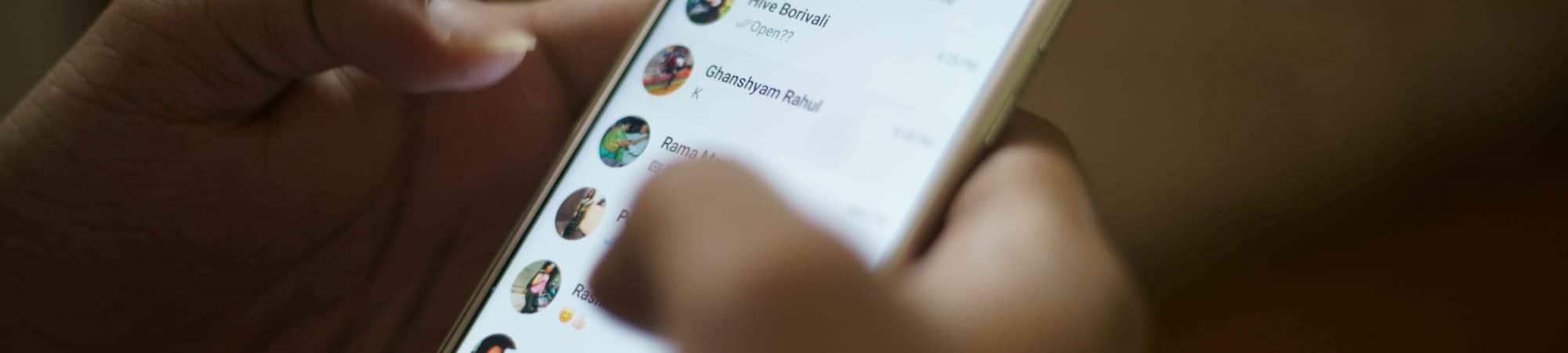 Ilustração de WhatsApp aberto em smartphone