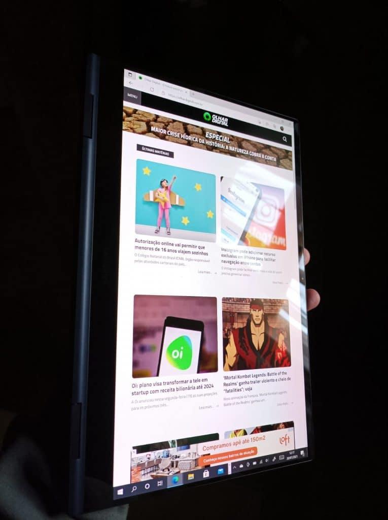 Foto mostra o Galaxybook Pro 360 em modo de revista