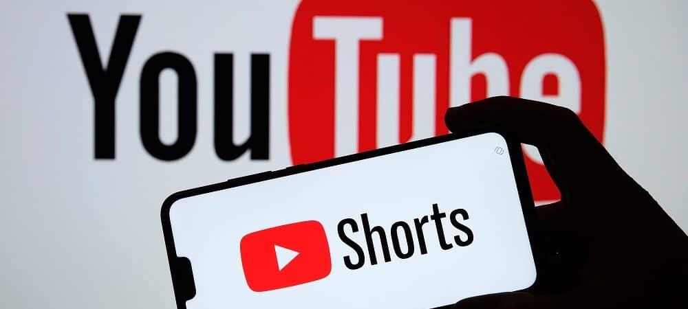 homem segura celular com logo do YouTube Shorts