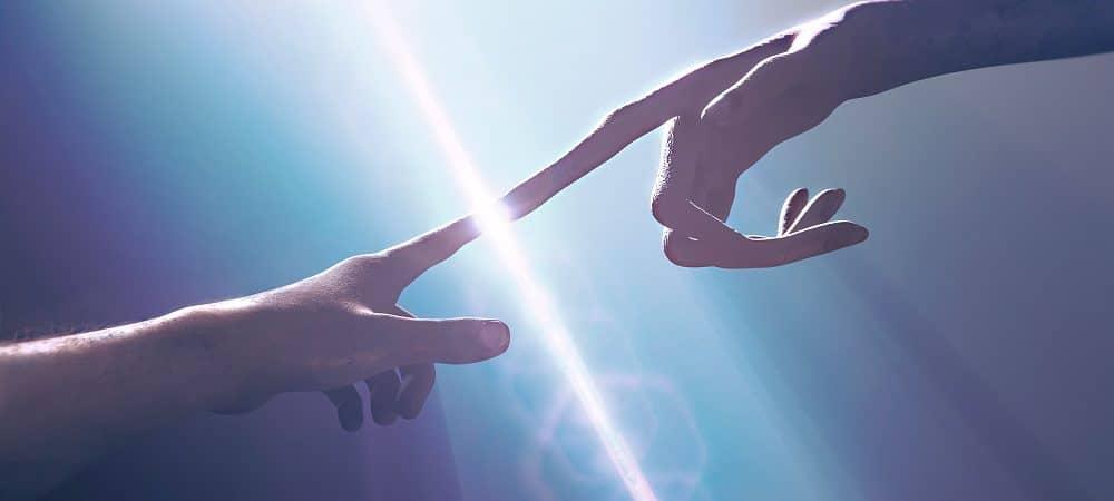 humano tocando no dedo de alienígena