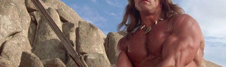 Arnold Schwarzenegger aparece em foto caracterizado como Conan, empunhando uma espada e com o torso nu