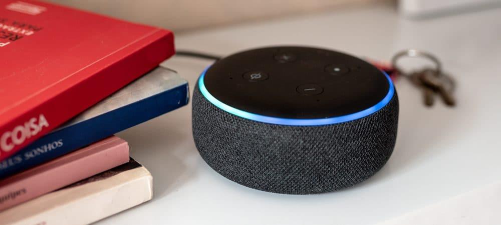 Imagem mostra o dispositivo da Amazon, o Echo Dot, que funciona com a assistente virtual Alexa, em cima de uma mesa; ao lado, livros empilhados