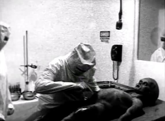 Imagem em preto e branco mostra falsa autópsia em corpo alienígena.