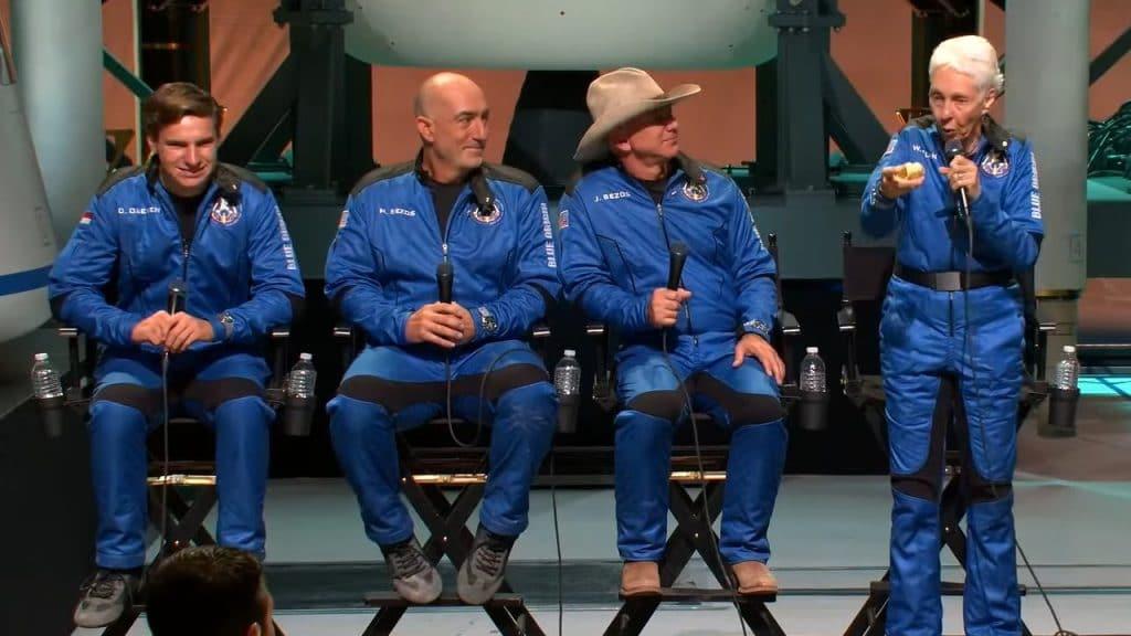 """La imagen muestra a los cuatro tripulantes de la misión New Shepard de Blue Origin. El CEO Jeff Bezos dijo: """"Los astronautas dicen que estar allí te cambia, y lo hace"""""""