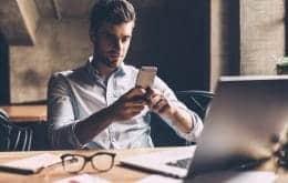 Usar o celular como distração durante o trabalho não alivia o estresse, aponta estudo