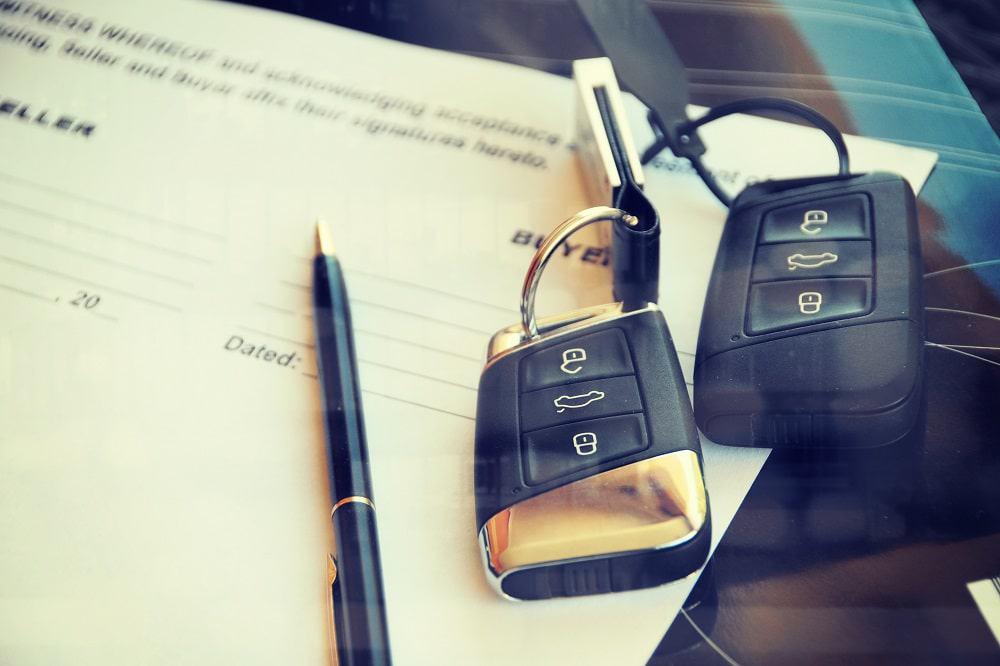 Chaves de carro em cima de contrato