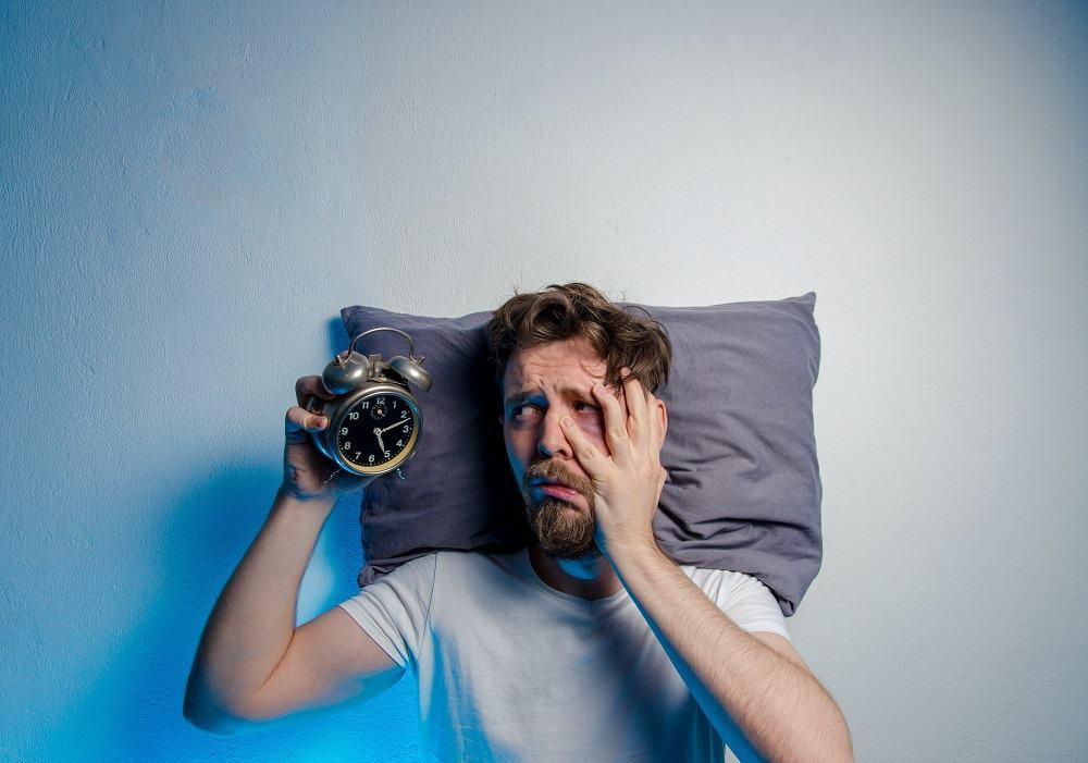 Estudo: dormir menos de seis horas de forma recorrente afeta o bem-estar físico e mental. Imagem: Phoenixns/iStock