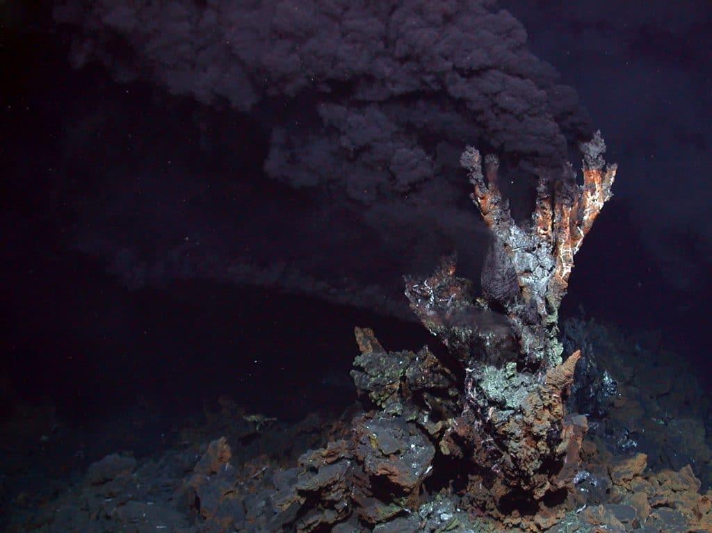 Foto do chão oceânico mostra uma fumarola negra