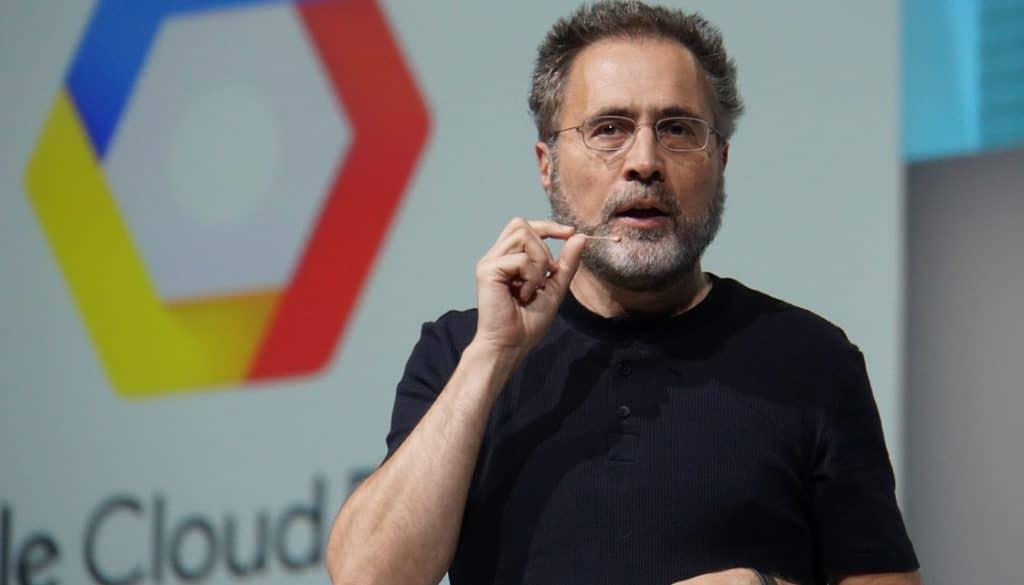 Imagem mostra Urs Hölzle, executivo sênior do Google, que está de mudança para a Nova Zelândia. Sua realocação expôs tratamento preferencial em políticas de trabalho remoto do Google, causando tensão entre funcionários de base