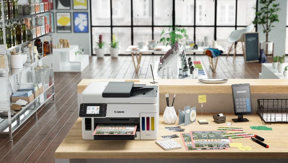 Ilustração da linha de impressoras da Canon Maxify; imagem mostra o dispositivo em cima de uma mesa