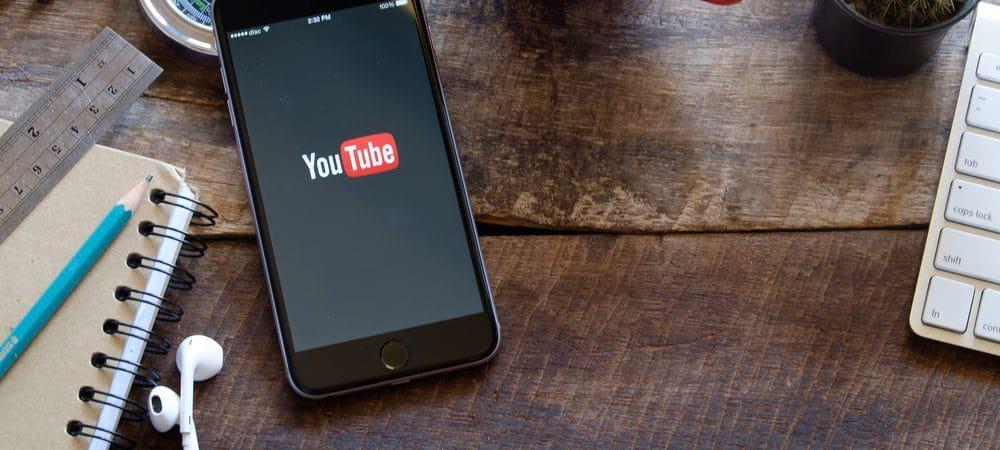 iphone 6 em cima de mesa com aplicativo do youtube aberto