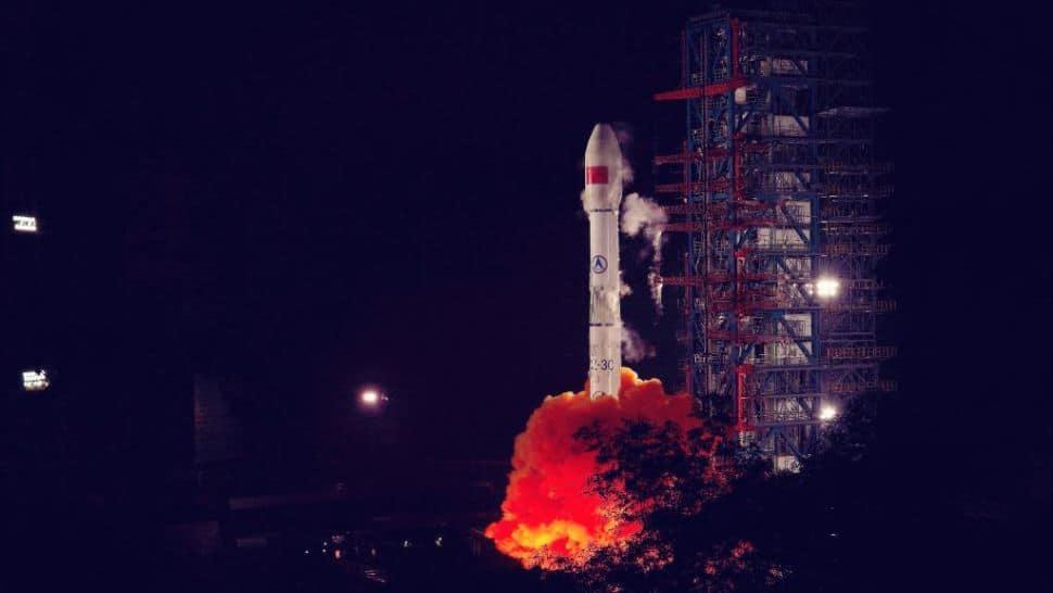 Foto mostra o lançamento de um foguete em ambiente noturno. China lançou três missões nos últimos quatro dias