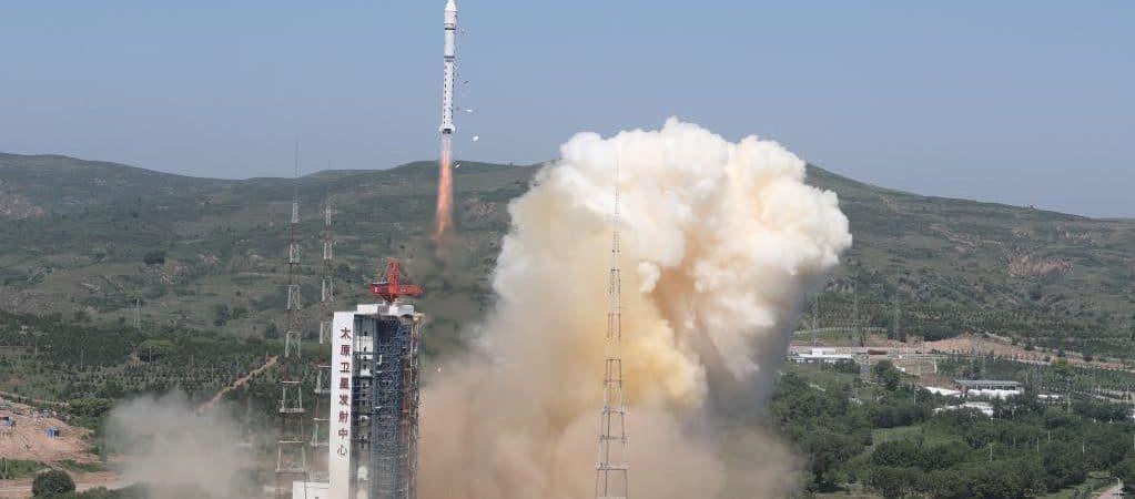 Imagem mostra o lançamento de um foguete carregando um satélite geoestacionário na China